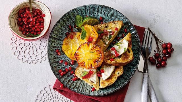 Suikerbrood met roomkaas, ananas, granaatappel en munt