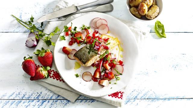 Zalm met aardbeien, gepofte krielaardappel, radijs en basilicumsalsa