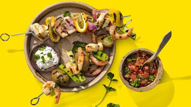 Kabeljauw- en garnalenspiesjes van de BBQ met frisse yoghurtdip en tomatensalsa