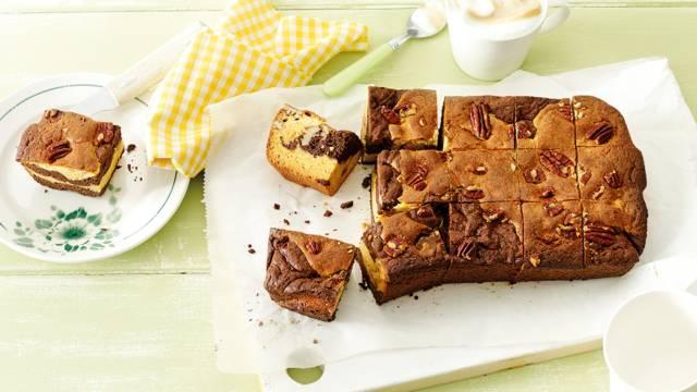 Gemarmerde brownies van witte en pure chocolade