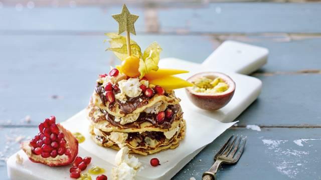 Kleine pannenkoekentaartjes met exotisch fruit en meringuettes