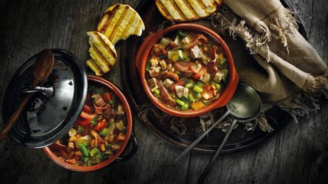 Stevige Spaanse soep met karbonade, witte bonen en Spaanse ham