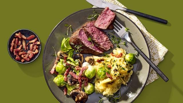 Dry aged Angus beef, pastinaakpuree, geroerbakte savooiekool, spruitjes met spekjes, champignons en noten