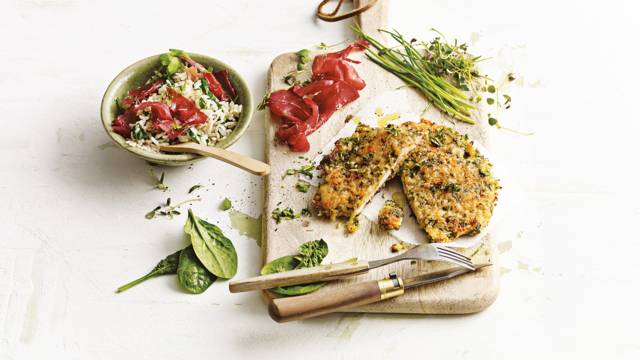 Kipschnitzels met spinazie, rijst en Italiaanse bresaola