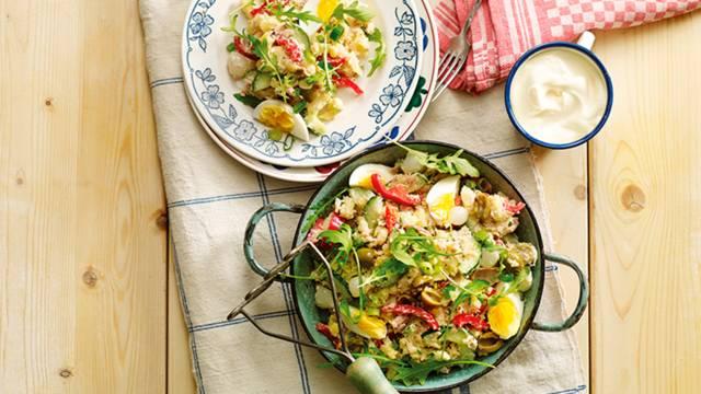 Koude stamppot tonijnsalade met paprika, komkommer en gekookt ei
