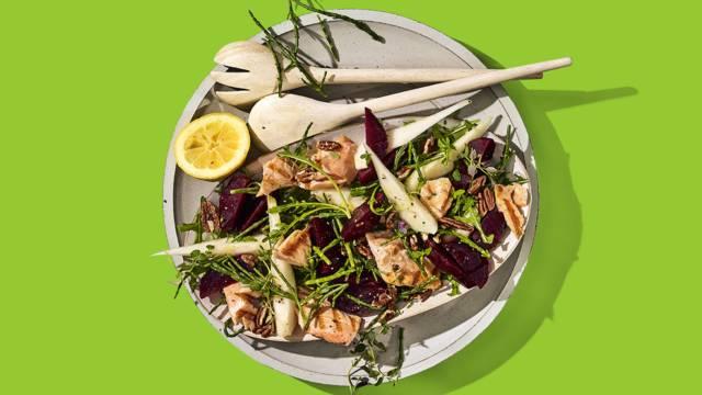 Gegrilde zalmsalade met geraspte bieten, zeekraal, peer en pecannoten