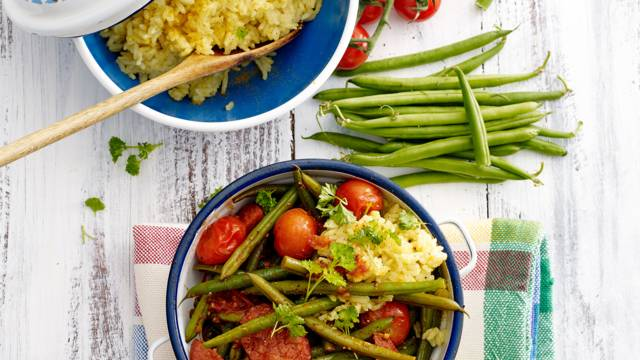 Spaanse sperziebonenstoof met chorizo, tomaat en kerrierijst