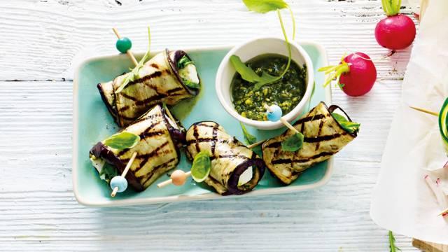 Gegrilde auberginerolletjes met feta, pesto en verse basilicum