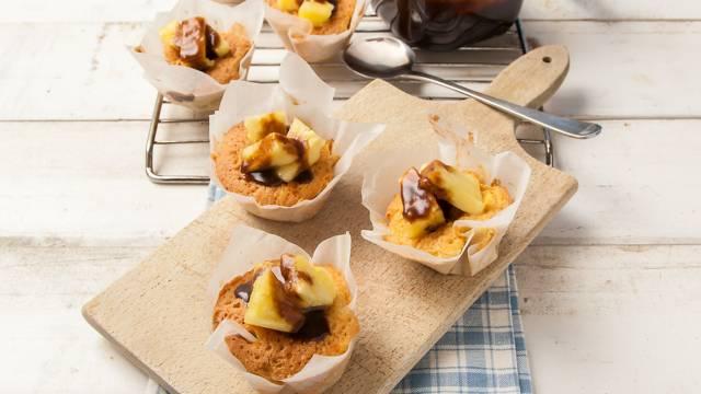Ananasmuffins met sticky toffeesaus