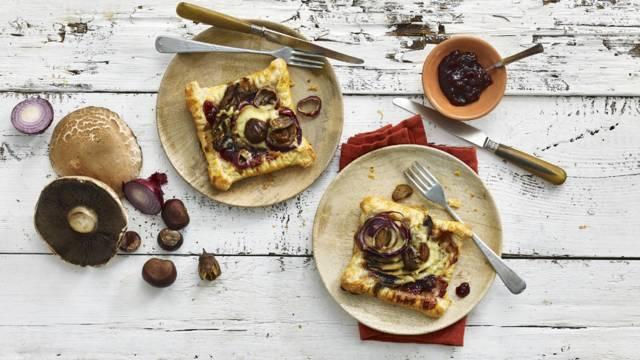 Kastanjes, portobello en cranberry-taartje in een bladerdeegbakje.