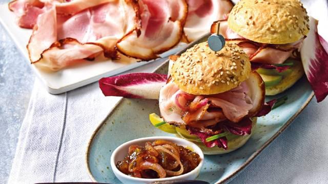 Mini hamburgerbroodjes met roasted pork, appel, vijgenchutney en roodlof