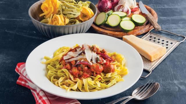 Pasta met Siciliaanse worstjes, courgette en tomatensaus