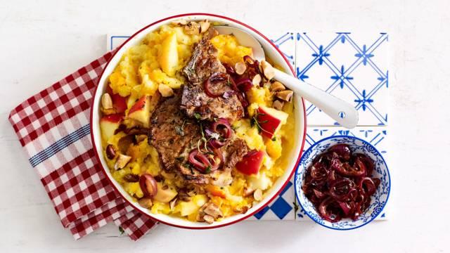 Pompoenstamppot met appel, paranoten, ribkarbonades en balsamico-uienjus