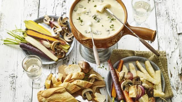 Kaasfondue geserveerd met paddenstoelenspiesjes en herfstgroenten