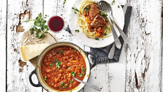 Spaghetti met everzwijnstoof met rode wijn en geraspte Grana Padano.