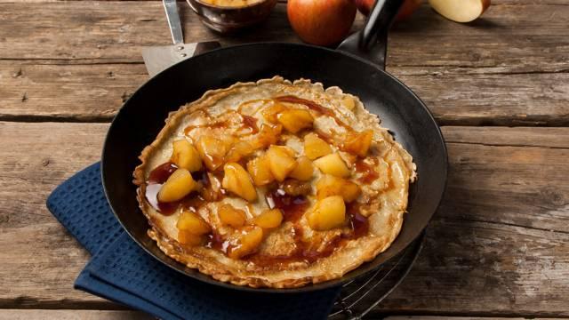 Pannenkoeken met gekookte appeltjes en stroop