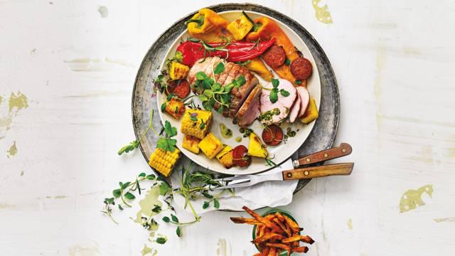 Varkensrollade met zoete aardappelfriet, gegrilde paprika, suikermais, ananas en chorizo