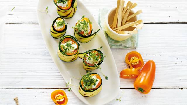 Gegrilde courgetterolletjes met gepofte oranje mini paprika, geitenkaas en munt