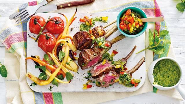 Lamsrack met geroosterde tomaten, paprikasalsa, muntpesto en groentefriet