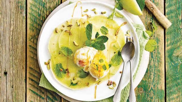 Frisse meloencarpaccio met pistachenootjes, munt en een bolletje vanille mango-ijs