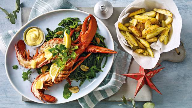 Halve kreeft met currymayonaise, krieltjes en spinazie