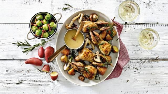 Gebraden kwartel met roseval, paddestoelen en spruitjes