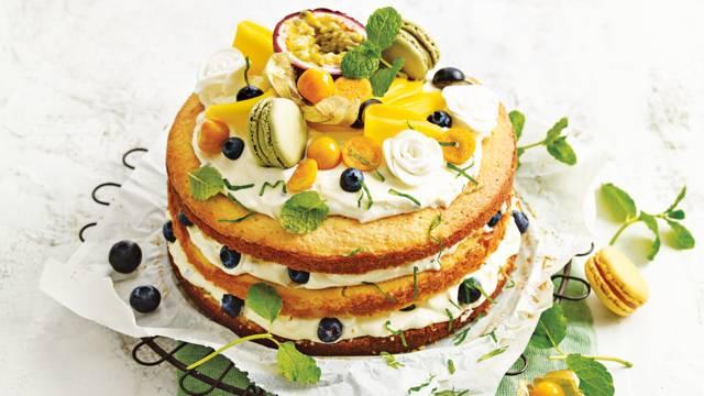 Paastaart met vers fruit en macarons