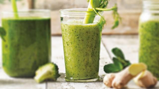 Groene smoothie met komkommer, venkel, peer en broccoli