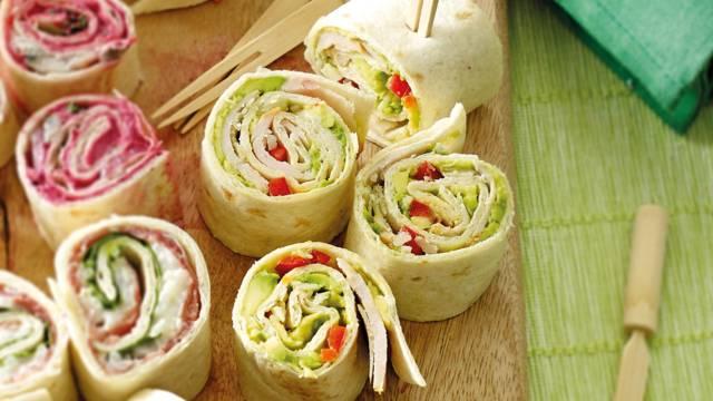 Wraprolletjes met gerookte kipfilet, avocado, paprika en Parmezaanse kaas