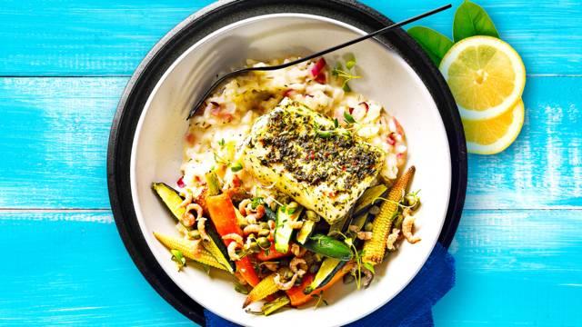 Kabeljauw met risotto, gestoofde groenten, kappertjes en garnalen