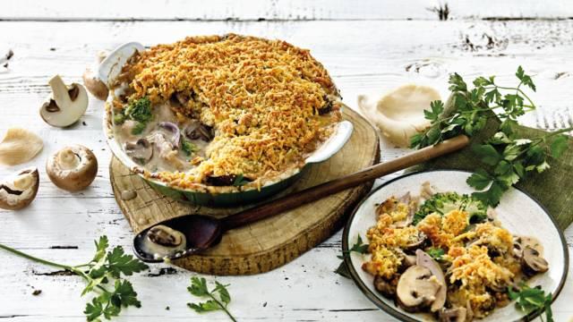 Ovenschotel met kip, broccoli en een krokant broodkruim-kaaskorstje