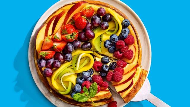 Tropische perzik-cheesecake met regenboogfruit