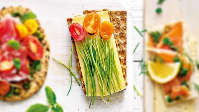 Luxe Hollandse kaas met bieslook en snacktomaatjes