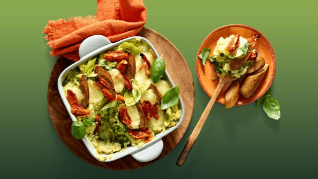 Spinazie-preistamppot uit de oven met pesto, gegratineerde mozzarella en vegetarische worst