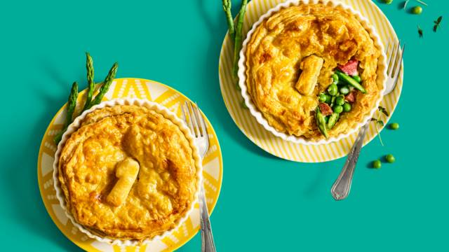 Mini lente-pie met doperwten, truffelsalami, Parmezaanse kaas, groene asperges en culinaire krieltjes