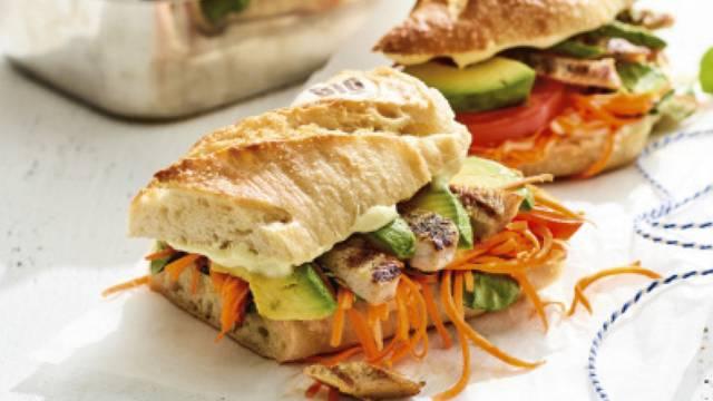 Bio baguette met gegrilde kalkoen, wortelsalade en limoenmayo