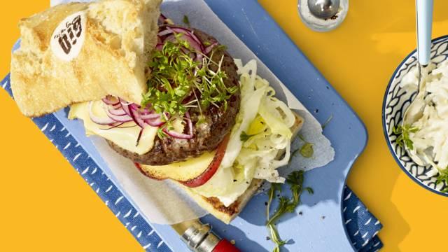 Angusburger met sellerysalade, gegrilde Hollandse appel en oude kaas