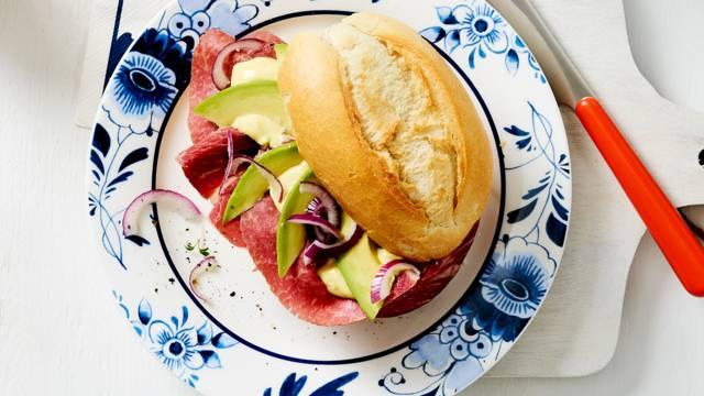 Broodje pekelvlees met mosterdmayonaise en avocado