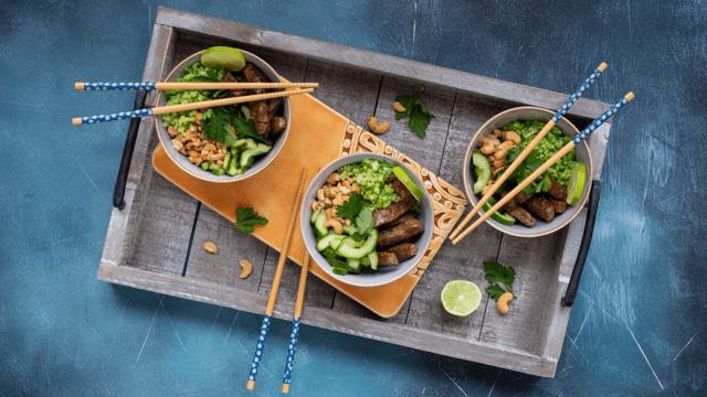 Aziatische bowl met runderfiletlapjes, zoetzure komkommer, broccolirijst en cashewnoten