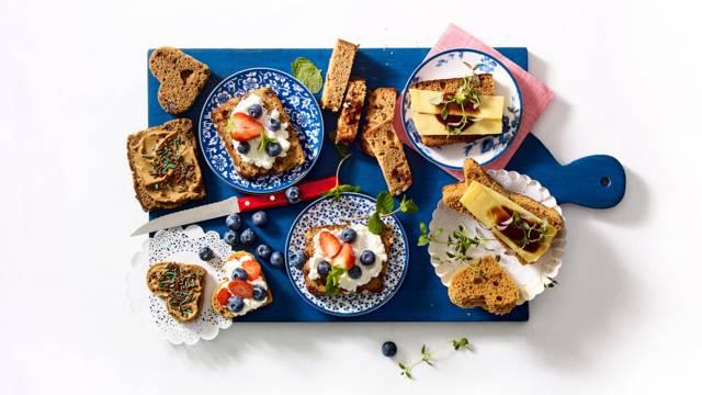 Ontbijtkoek met vrolijk zoet en hartig beleg