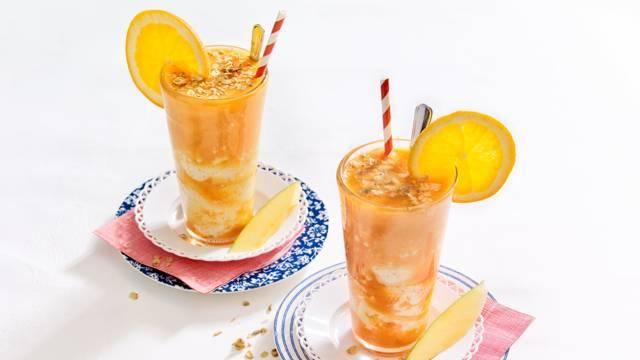 Oranje laagjes smoothie met wortel- en sinaasappelsap en perzikyoghurt