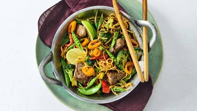Aziatische roerbak met biefstukpuntjes, sugarsnaps, broccoli, paprika en mihoen