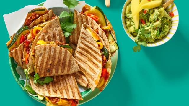 Quesadilla's gevuld met kaas, vega gehakt, paprika, courgette en huisgemaakte mango-avocadosalsa