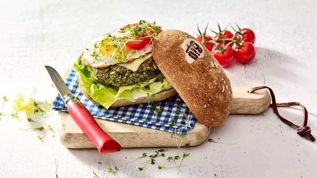 Champignonburger op een biologisch pistoletje met spiegeleitje en oude kaas