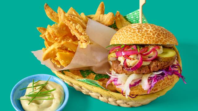 Hamburgers met venkel-rodekoolsalade, huisgemaakte kaasfrieten en luxe truffelmayonaise