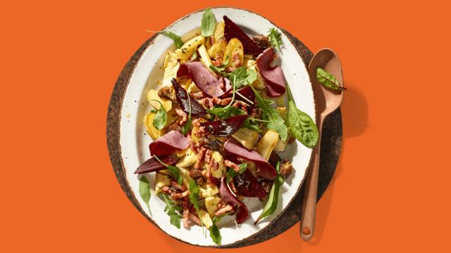 Aardappelsalade met eendenborst, geroosterde kastanjes en bietjes