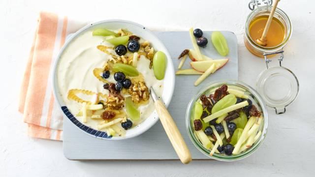 Grieks yoghurtontbijt met gemarineerde appel met rozijnen