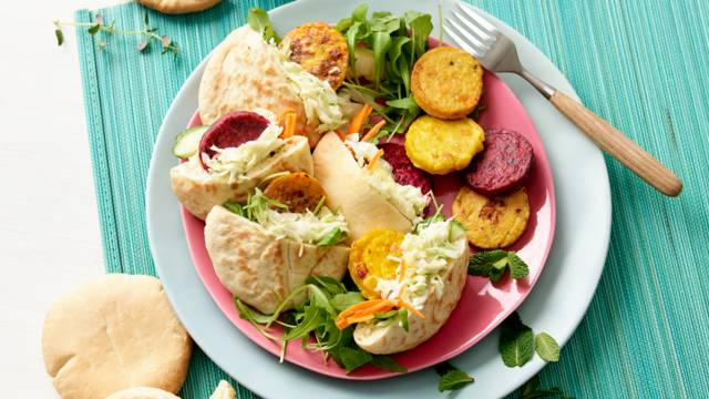 Pitabroodjes met mini-groenteburgers, wortel-gembersalade en kruidige koolsalade