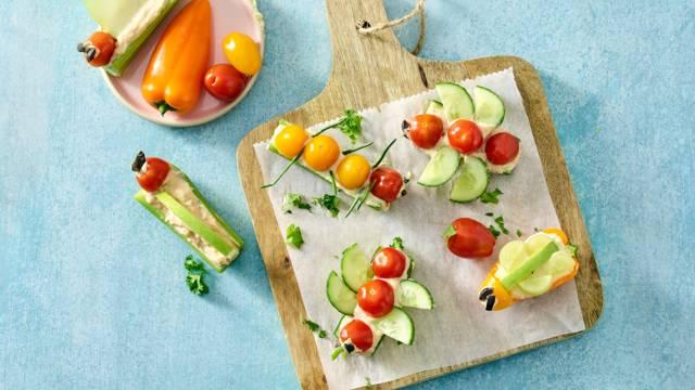 Diertjes van snackgroenten en -fruit, gevuld met houmous en tonijnsalade