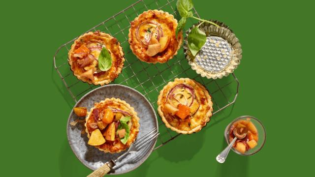 Kaastaartjes met gekarameliseerde uien en herfstcompote